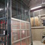 Vrijstaande, zelfdragende goederenlift aluminium deuren