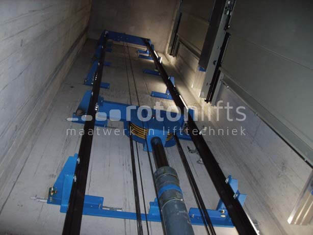 Goods lift in a shaft