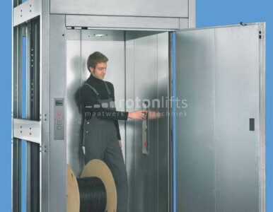 Small goods lift with attendant